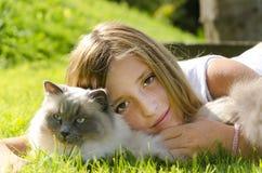 Retrato de la muchacha y del gato Foto de archivo libre de regalías