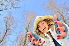 Retrato de la muchacha y escena del invierno imagen de archivo