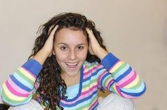 Retrato de la mujer adolescente joven sorprendida Imagenes de archivo