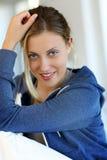 Retrato de la mujer adolescente rubia sonriente Fotografía de archivo