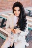 Retrato de la mujer adorable con el pelo ondulado largo oscuro, ojos brillantes foto de archivo libre de regalías
