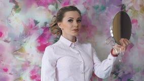 Retrato de la mujer adulta atractiva con la boca del lápiz labial y el espejo de mano rojos almacen de metraje de vídeo