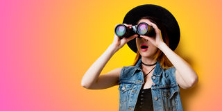 Retrato de la mujer adulta joven en sombrero con binocular Fotos de archivo libres de regalías