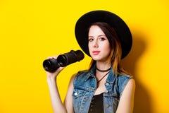 Retrato de la mujer adulta joven en sombrero con binocular Fotos de archivo