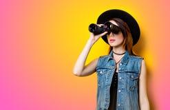 Retrato de la mujer adulta joven en sombrero con binocular Fotografía de archivo