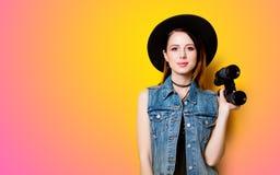 Retrato de la mujer adulta joven en sombrero con binocular Imagen de archivo