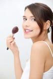 Retrato de la mujer adulta joven que aplica blusher Fotografía de archivo