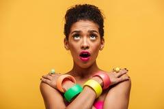 Retrato de la mujer africana tímida en el adorno colorido con el MES abierto Foto de archivo libre de regalías