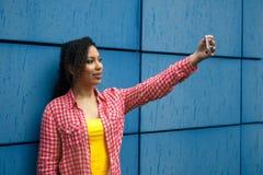 Retrato de la mujer afroamericana joven fresca que toma el selfie foto de archivo libre de regalías