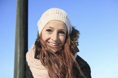 Retrato de la mujer afuera en la estación del invierno Fotografía de archivo libre de regalías