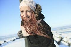 Retrato de la mujer afuera en la estación del invierno Fotografía de archivo