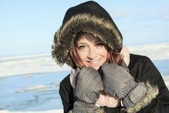 Retrato de la mujer afuera en la estación del invierno Imágenes de archivo libres de regalías