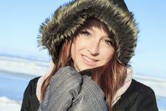 Retrato de la mujer afuera en la estación del invierno Foto de archivo