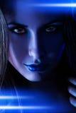 Retrato de la mujer agradable con las líneas brillantes azules Foto de archivo