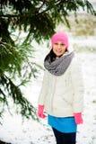 Retrato de la mujer agradable joven en el parque del invierno Fotografía de archivo