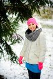Retrato de la mujer agradable joven en el parque del invierno Fotos de archivo