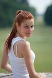 Retrato de la mujer al aire libre imagen de archivo