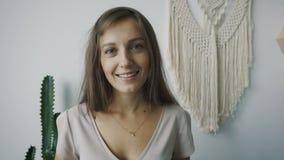 Retrato de la mujer alegre caucásica joven almacen de video