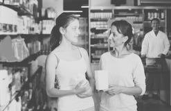 Retrato de la mujer alegre con el adolescente de la hija Fotografía de archivo libre de regalías