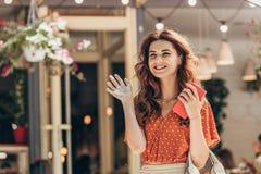 retrato de la mujer alegre con el smartphone a disposición que renuncia alguien fotos de archivo