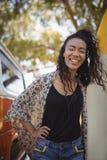 Retrato de la mujer alegre con la tabla hawaiana Fotografía de archivo libre de regalías