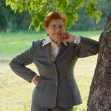 Retrato de la mujer alegre en parque envejecido Edad ochenta años Imagen de archivo