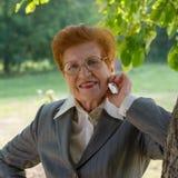 Retrato de la mujer alegre en parque envejecido Edad ochenta años Imágenes de archivo libres de regalías