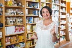 Retrato de la mujer alegre en tienda Foto de archivo