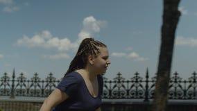 Retrato de la mujer alegre rollerblading al aire libre almacen de video