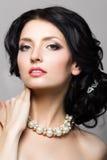 Retrato de la mujer aristocrática hermosa que toca su cuello Fotos de archivo libres de regalías