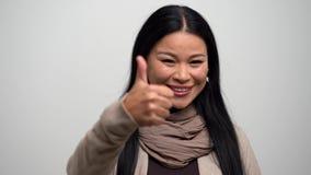 Retrato de la mujer asiática con el pulgar para arriba almacen de video