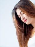 Retrato de la mujer asiática en el chaleco blanco, expresando la idea del corazón quebrado y de la tristeza imagenes de archivo