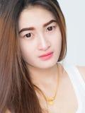 Retrato de la mujer asiática en el chaleco blanco, expresando la idea del corazón quebrado y de la tristeza foto de archivo