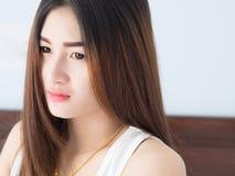 Retrato de la mujer asiática en el chaleco blanco, expresando la idea del corazón quebrado y de la tristeza desesperado y aguarde foto de archivo libre de regalías