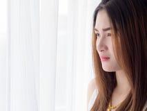 Retrato de la mujer asiática en el chaleco blanco, expresando la idea del corazón quebrado y de la tristeza desesperado y aguarde imagen de archivo libre de regalías
