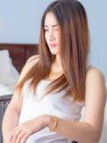 Retrato de la mujer asiática en el chaleco blanco, expresando la idea del corazón quebrado y de la tristeza desesperado y aguarde fotos de archivo libres de regalías