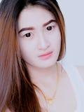 Retrato de la mujer asiática en el chaleco blanco, expresando la idea del corazón quebrado y de la tristeza desesperado y aguarde imagenes de archivo