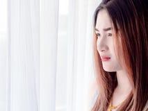 Retrato de la mujer asiática en el chaleco blanco, expresando la idea del corazón quebrado y de la tristeza desesperado y aguarde imágenes de archivo libres de regalías