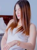 Retrato de la mujer asiática en el chaleco blanco, expresando la idea del corazón quebrado y de la tristeza desesperado y aguarde fotos de archivo