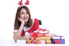 Retrato de la mujer asiática en el vestido de Papá Noel en el fondo blanco Foto de archivo libre de regalías
