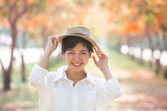 Retrato de la mujer asiática hermosa de los pares que se coloca en f floreciente Fotos de archivo