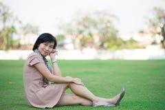 Retrato de la mujer asiática hermosa en la relajación del parque al aire libre con sonrisa feliz Imagen de archivo