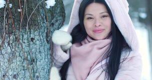 Retrato de la mujer asiática hermosa en parque del invierno almacen de metraje de vídeo