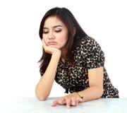 Retrato de la mujer asiática hermosa infeliz con la cara que descansa sobre h Imagenes de archivo