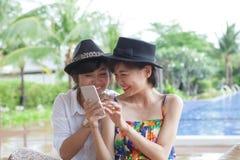 Retrato de la mujer asiática hermosa joven que ríe con felicidad Imagenes de archivo