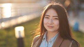 Retrato de la mujer asiática hermosa que sonríe al aire libre almacen de metraje de vídeo
