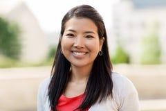 Retrato de la mujer asiática sonriente feliz al aire libre Imágenes de archivo libres de regalías
