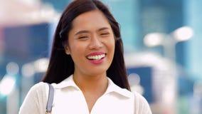 Retrato de la mujer asiática sonriente feliz en ciudad almacen de metraje de vídeo