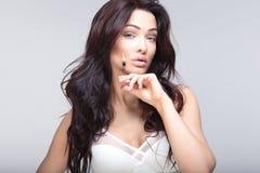 Retrato de la mujer atractiva foto de archivo