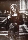 Retrato de la mujer atractiva al aire libre La muchacha feliz que miraba vino Imagen de archivo